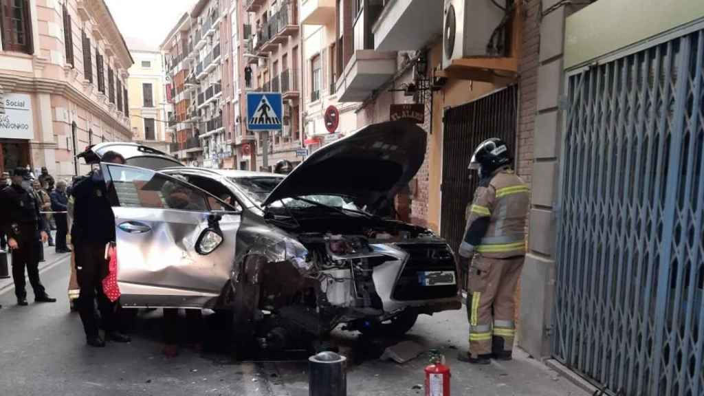 Un anciano empotra su todoterreno de alta gama en Murcia.