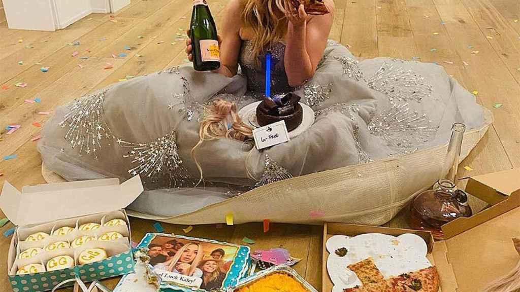 Actress Kaley Cuoco, eating pizza at home.