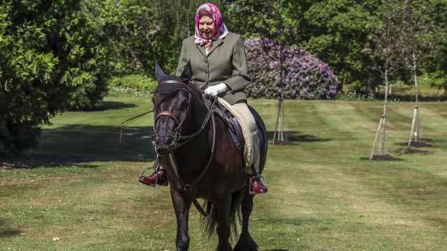 Isabel II en una imagen de archivo montando a caballo.