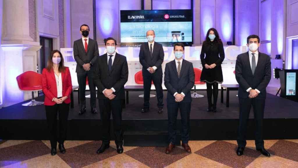 Imagen de familia de los ponentes en el Foro Legaltech de Invertia - EL ESPAÑOL
