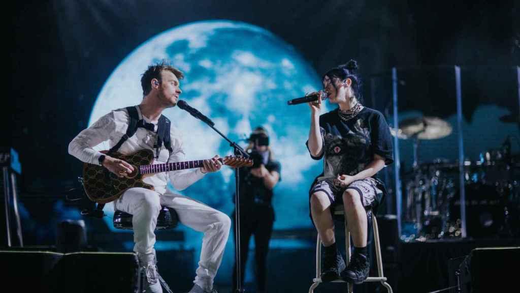 Billie Eilish y su hermano Finneas durante una actuación.