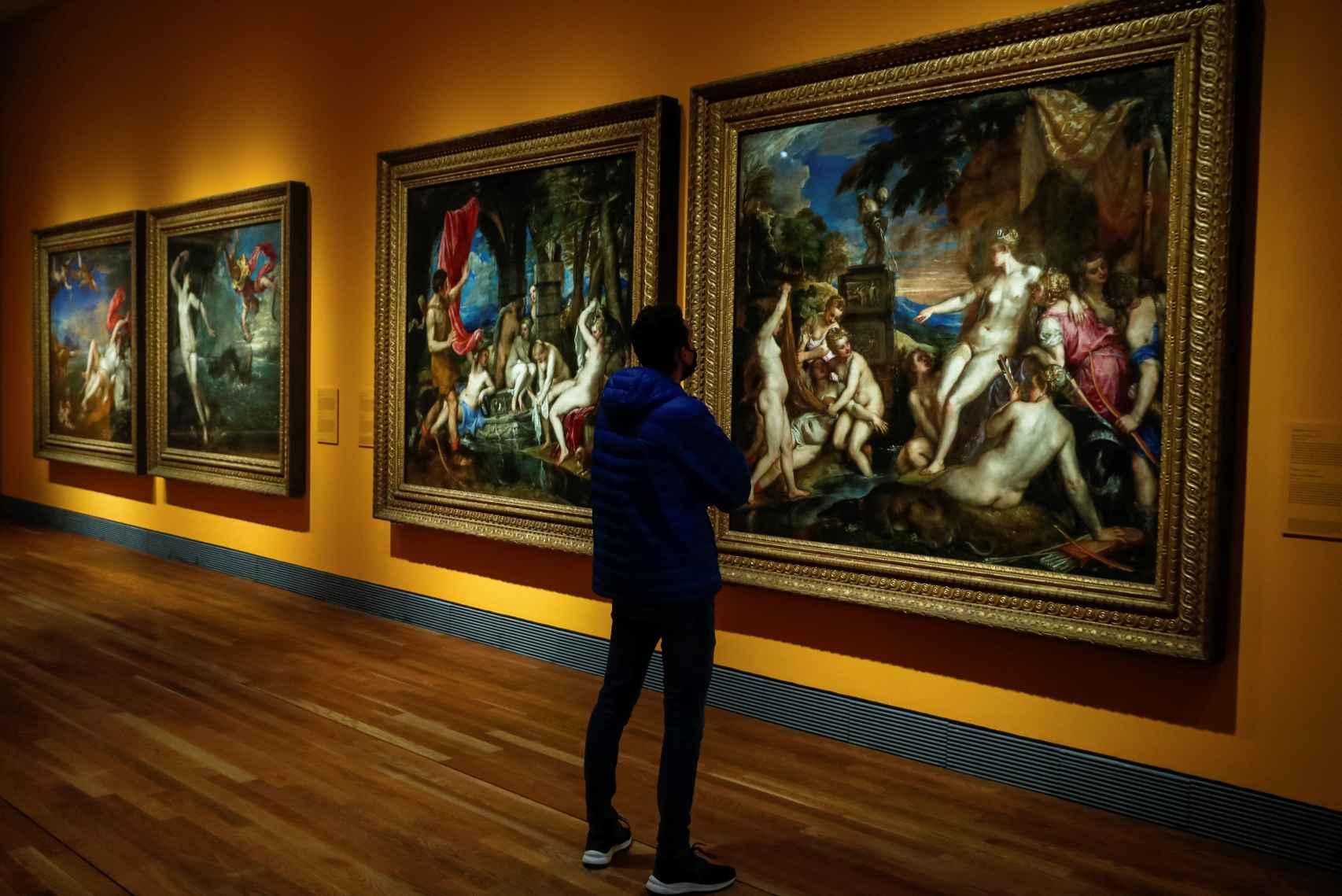Vista de la exposición 'Pasiones mitológicas', con varias de las poesías de Tiziano.
