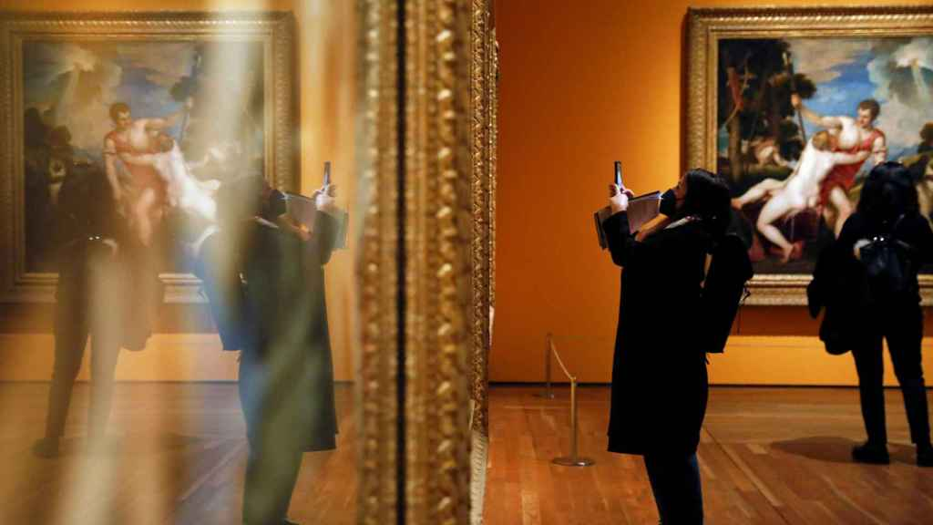 Al fondo, la 'Venus y Adonis' de Tiziano.