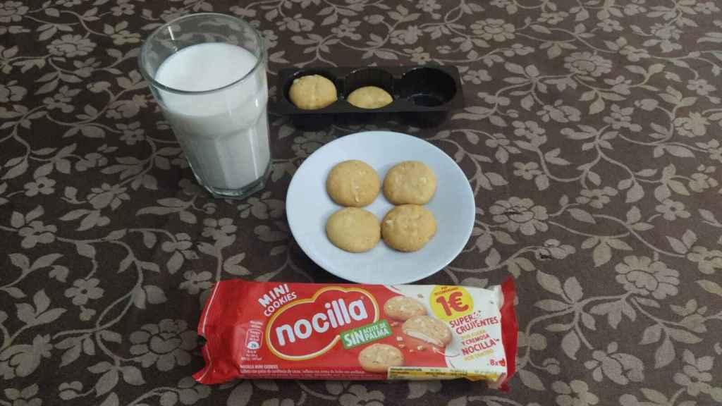 Las 'cokies' de Nocilla blanca, junto a un vaso con leche.