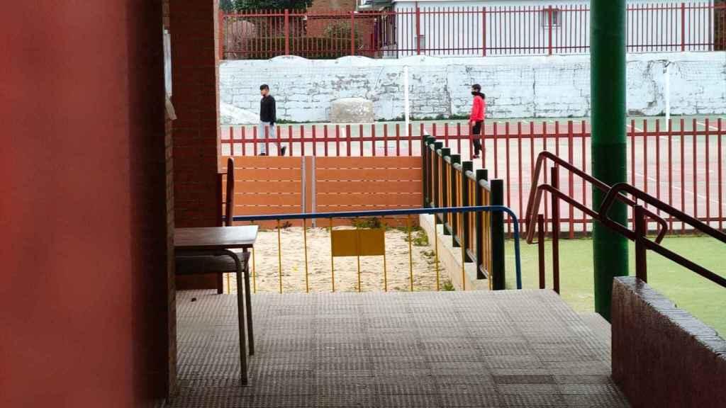 Unos niños juegan al fútbol en un campo del Aben Hazam.