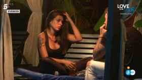 Lola desahogándose con Rubén ante los ataques de todos sus compañeros en 'Tentaciones'.