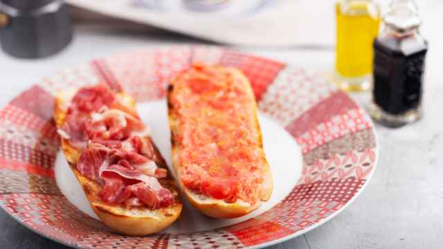 Los tres alimentos clásicos del desayuno de los bares que los médicos piden evitar