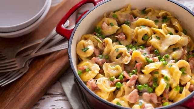 Tortellini con jamón y guisantes, receta de pasta muy fácil