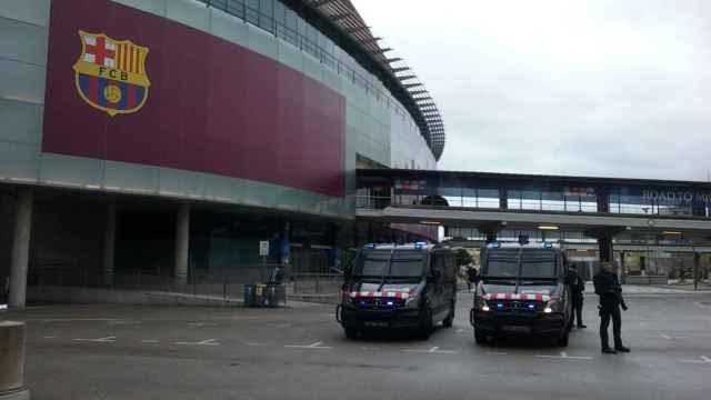 Dos furgones de los Mossos d'Escuadra, en el Camp Nou. Foto: Twitter (@mossos)