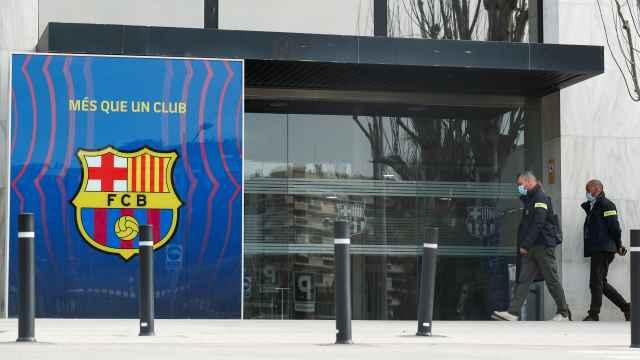 Los agentes de los Mossos d'Escuadra, en las oficinas del Barça del Camp Nou en el marco de la investigación por el 'Barçagate'
