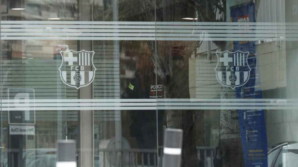 Los agentes de los Mossos d'Esquadra, en las oficinas del Barça del Camp Nou en el marco de la investigación por el 'Barçagate'