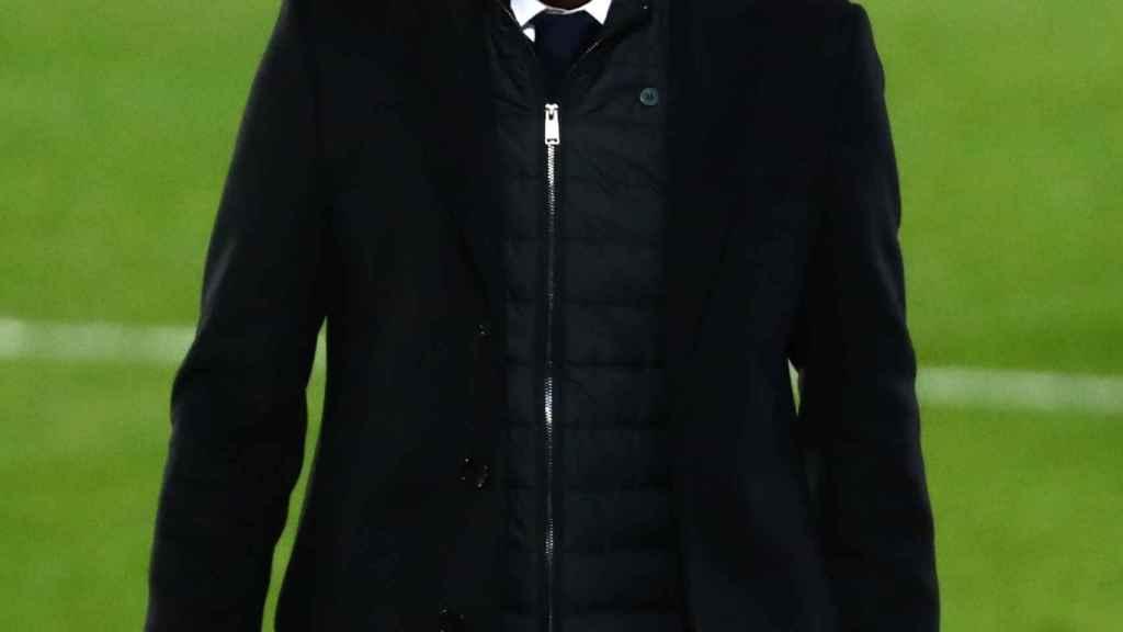Zinedine Zidane sigue el Real Madrid - Real Sociedad desde la banda