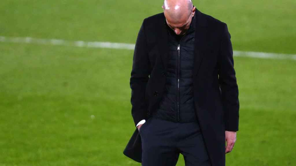 Zidane mira al suelo en el área técnica