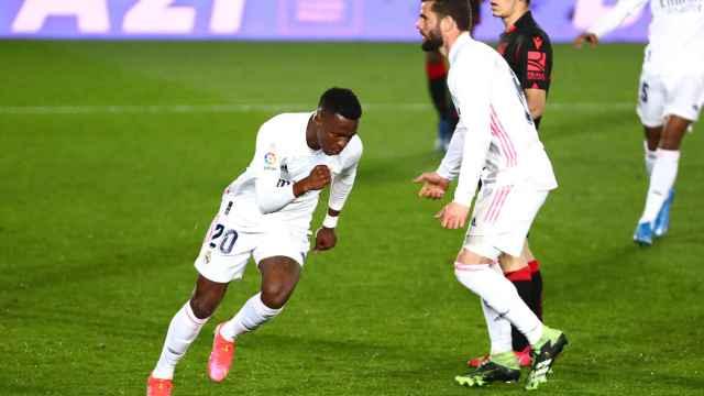 Vinicius celebra el gol del empate del Real Madrid a la Real Sociedad