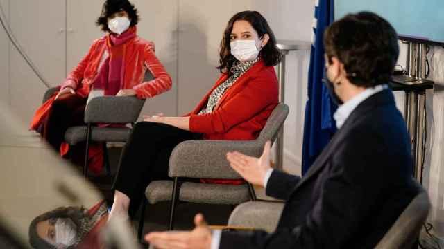 Isabel Díaz Ayuso, presidenta de la Comunidad de Madrid, escoltada a su izquierda por el vicepresidente de IE University, Diego del Alcázar, y a su derecha por la presidenta del South Summit, María Benjumea. FOTO: Comunidad de Madrid.