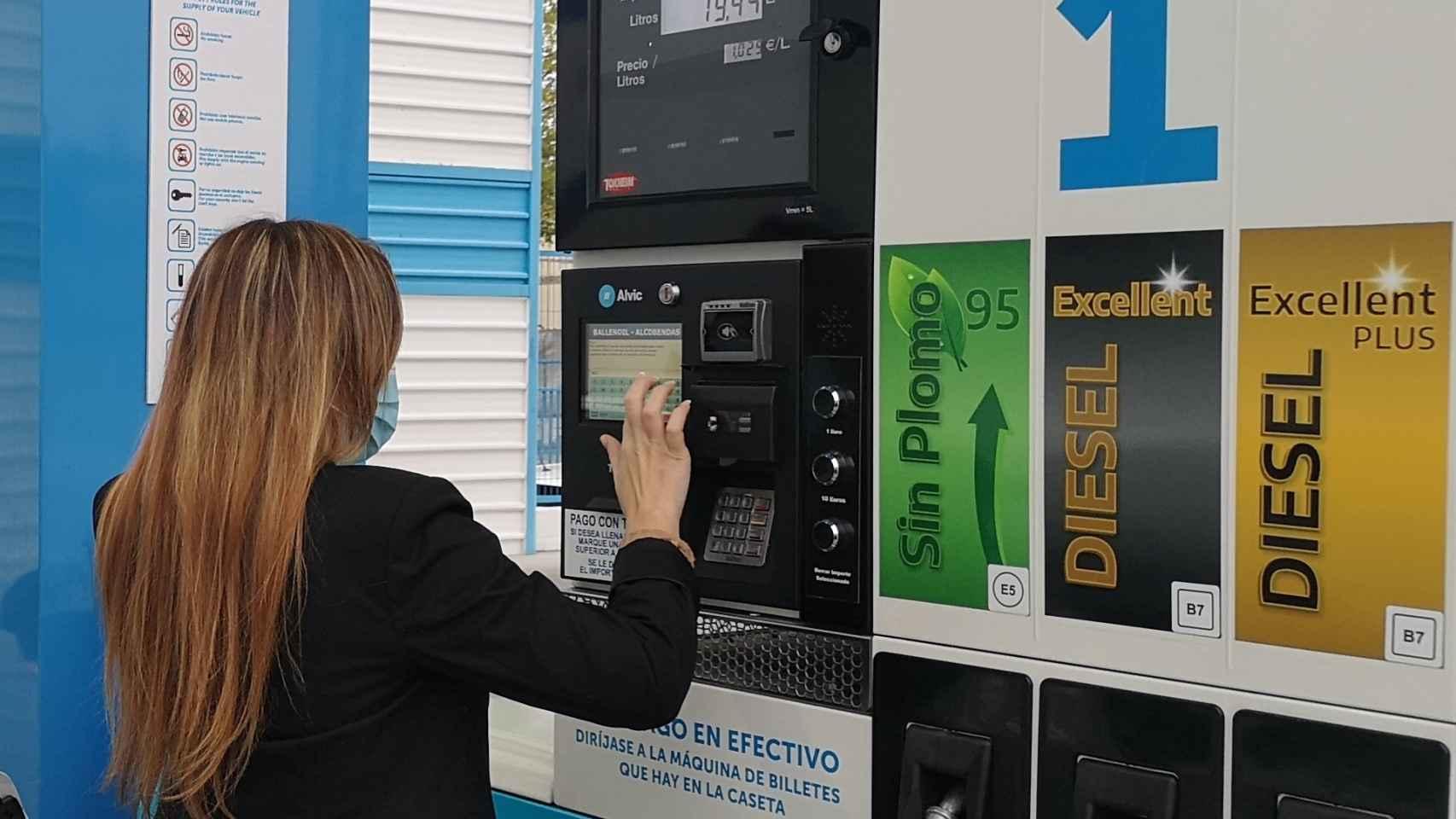 Ballenoil y Santander desarrollan un sistema para pagar los repostajes con el DNI