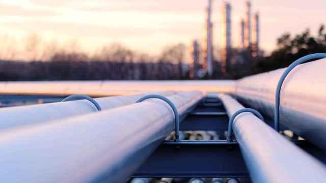 Varios oleoductos salen de una plataforma de refino de petróleo.