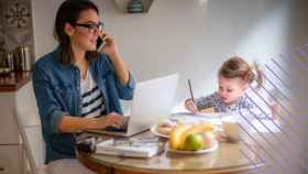 Mujer y madre teletrabajando y encargándose de las presiones del hogar.