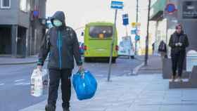 Un hombre camina por las calles de Oslo, semivacías en plena pandemia de la Covid-19.