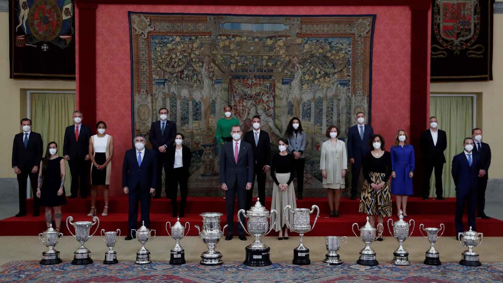 Los reyes Felipe y Leticia, junto con el ministro de Deportes, José Manuel Rodríguez Uribes, y la secretaria de Estado para el Deporte, Irene Lozano, posan con los galardonados durante el acto de entrega de los Premios Nacionales del Deporte 2018