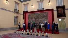 Los reyes Felipe y Leticia, junto con el ministro de Deportes, José Manuel Rodríguez Uribes, y la secretaria de Estado para el Deporte, Irene Lozano, posan con los galardonados durante el acto de entrega de los Premios Nacionales del Deporte 2018.