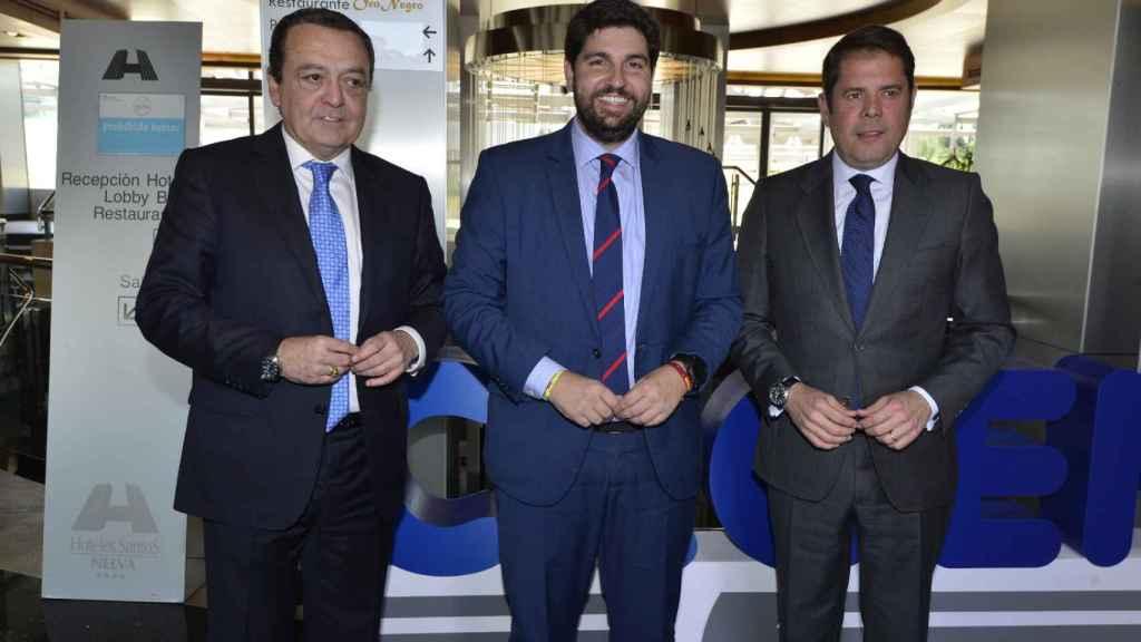 El presidente de Croem, José María Albarracín (1i), con el presidente regional, Fernando López Miras (c).