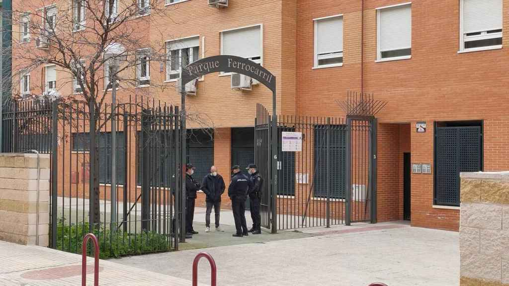 La policía en la puerta del bloque donde ha sido asesinada Mari Carmen.
