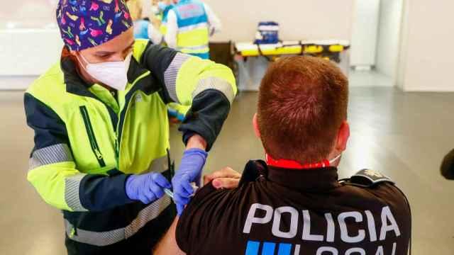 Un policía recibe una dosis de su vacunación frente a la Covid-19.