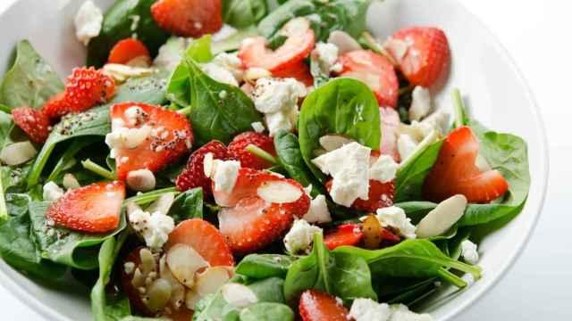 Ensalada de espinacas con fresas, receta de cena fácil y rápida