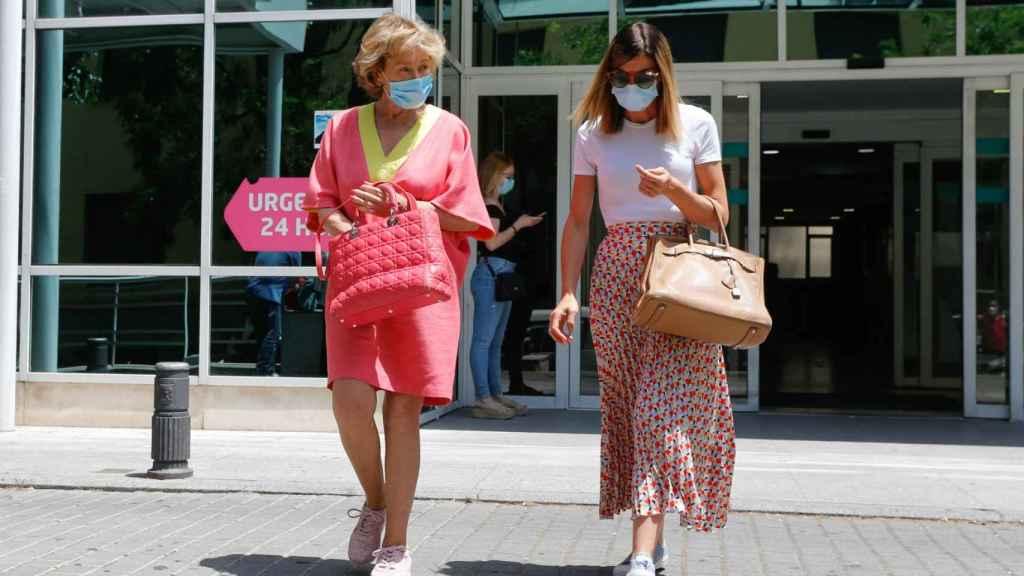 Mila Ximénez junto a su hija Alba a las afueras del hospital.