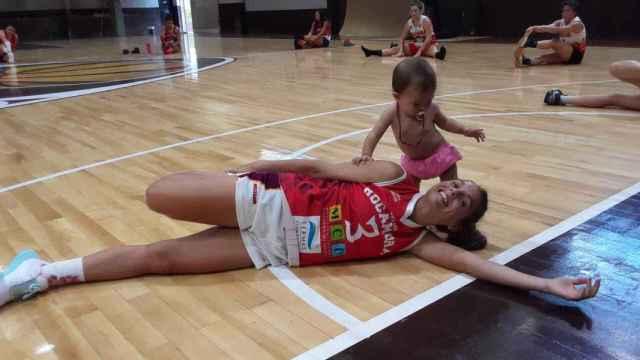 Las imágenes del mundo del deporte: la jugadora de baloncesto que aprovechó el descanso para amamantar a su hija