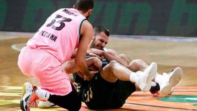 Mirotic pelea un balón ante Panathinaikos