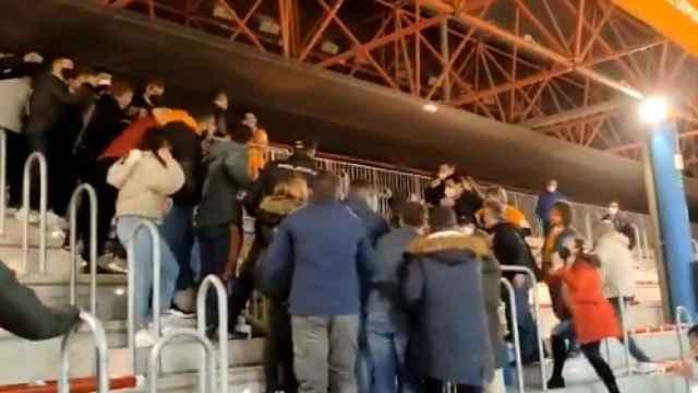 Momento de la tensión entre jugadores del Jaén y la afición de Ribera Navarra (Vídeo de @kiko20403)