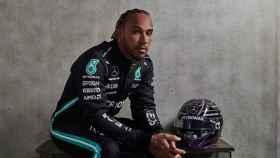 Lewis Hamilton, con su mono y su casco para 2021