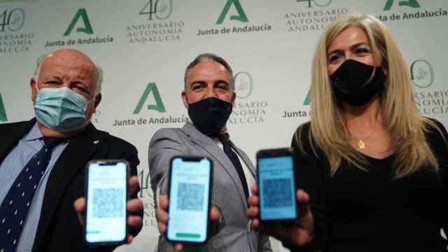 Consejeros de la Junta de Andalucía muestran el código QR para obtener el certificado de vacunación.