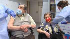 Dos personas mayores reciben la vacuna contra la Covid-19 en Madrid.