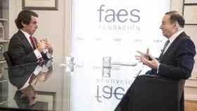 José María Aznar y Pedro J. Ramírez, durante la conversación mantenida en una sala de Faes.