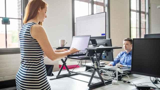 Las 3 mejores mesas elevables de Amazon para trabajar de pie en casa