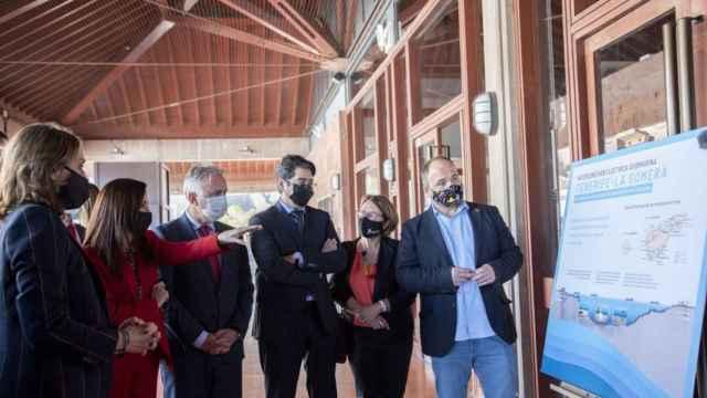 El presidente de Canarias, Ángel Víctor Torres, y la presidenta de Red Eléctrica, Beatriz Corredor, entre otras autoridades, en la presentación del proyecto.