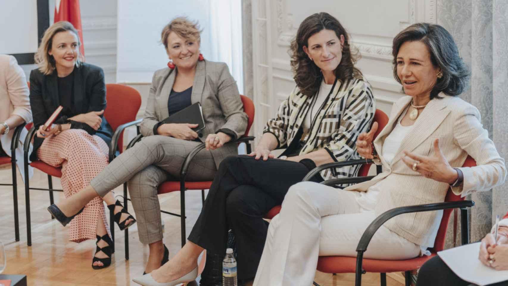 Ana Botín, presidenta del Banco Santander, con directivas de la territorial de Andalucía, en una imagen de archivo.