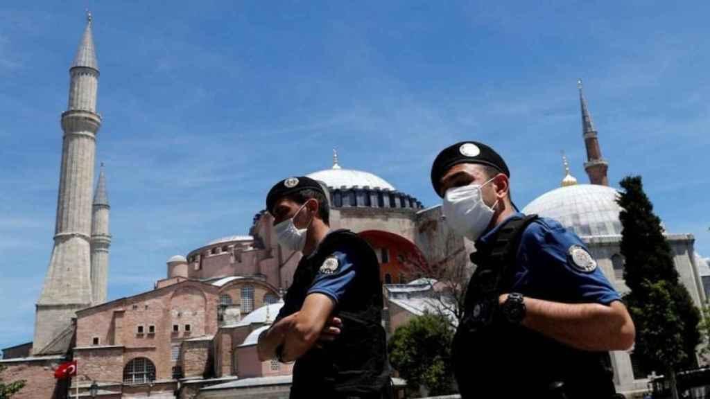 Dos agentes de la policía turca en una imagen de archivo.