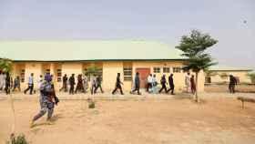 Agentes e investigadores recorren la escuela de Jangebe en la que fueron secuestradas 317 alumnas.
