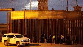 Migrantes detenidos en EEUU, junto a la frontera con Ciudad Juárez.