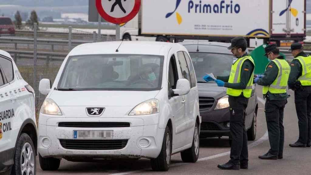 Varios agentes de la Guardia Civil requiriendo los papeles a los conductores.