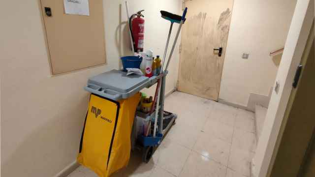 El rellano donde fue asesinada Mari Carmen, con su carrito de la limpieza.