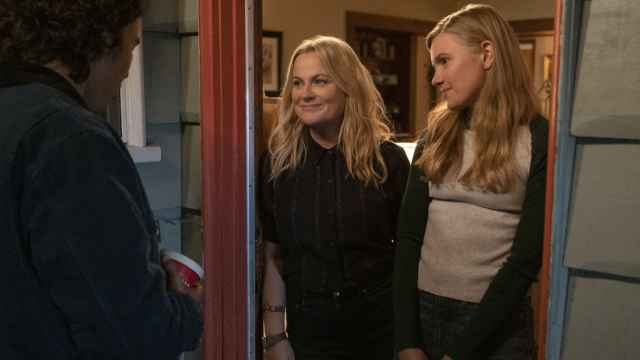 Amy Poehler y Hadley Robinson en 'Moxie'.