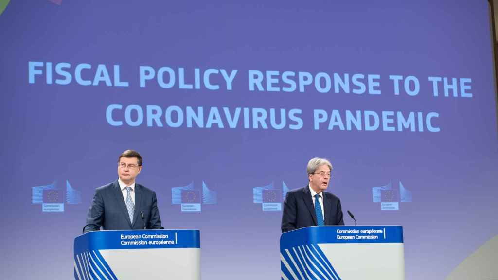 Valdis Dombrovskis y Paolo Gentiloni, durante la rueda de prensa de este miércoles