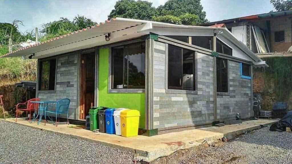 Casa hecha con bloques de plástico