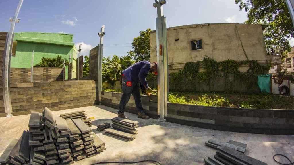 Construcción de pared con bloques de plástico