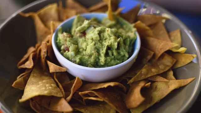 Un cuenco con guacamole y nachos.